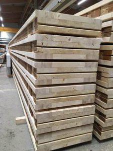 De liggers voor de nieuwbouw liggen klaar. Hergebruik van oude spanten uit gesloopte hallen i.c.m. nieuw hout.